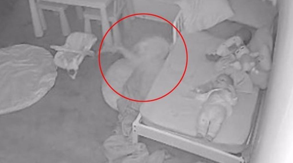 Padre asegura que su hija fue arrastrada bajo de la cama por un 'fantasma'