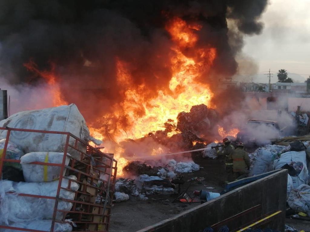 Recicladora se incendia en Gómez Palacio