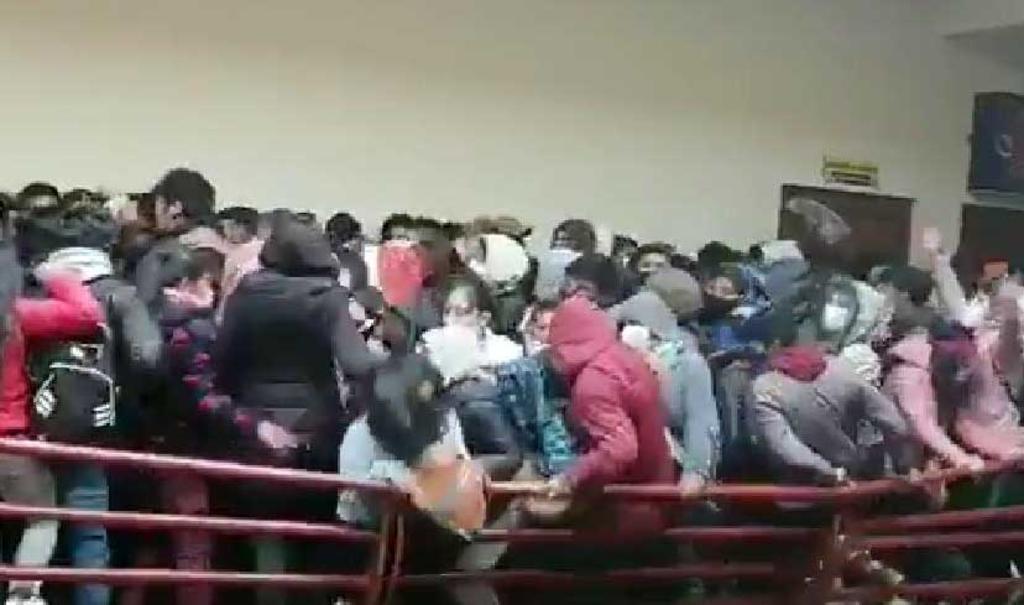 VIDEO: Tres estudiantes mueren al caer de un cuarto piso en universidad de Bolivia