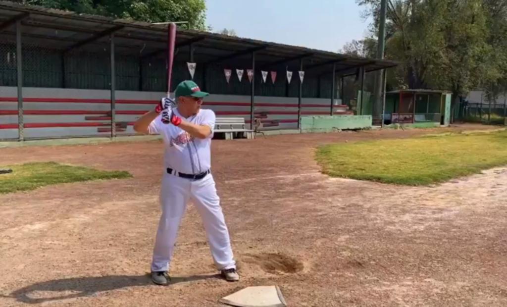 AMLO se da una 'escapada' para jugar beisbol