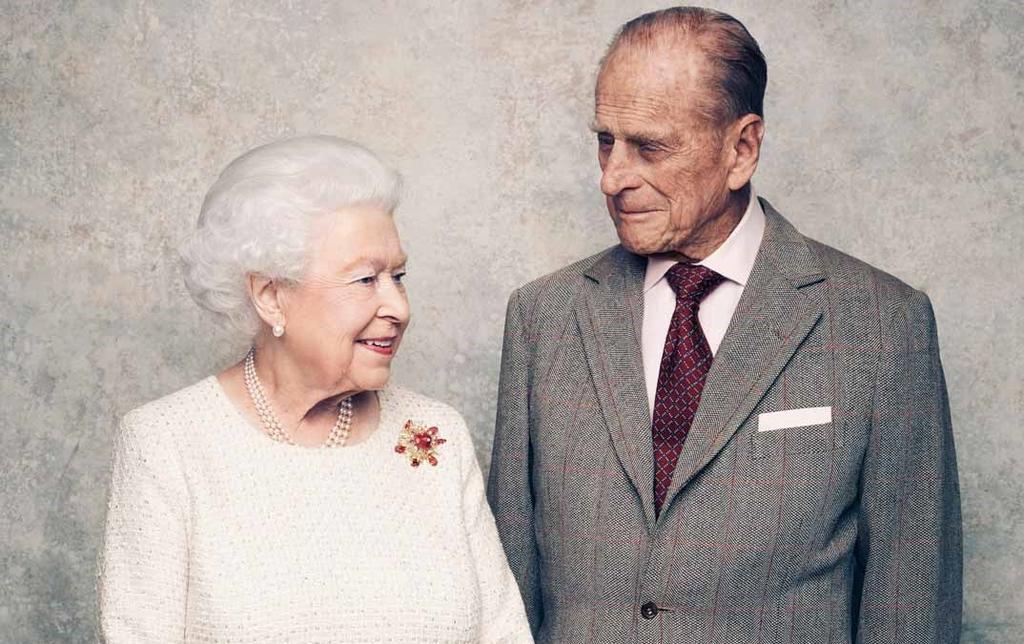 Duque de Edimburgo es trasladado de nuevo al hospital tras operación