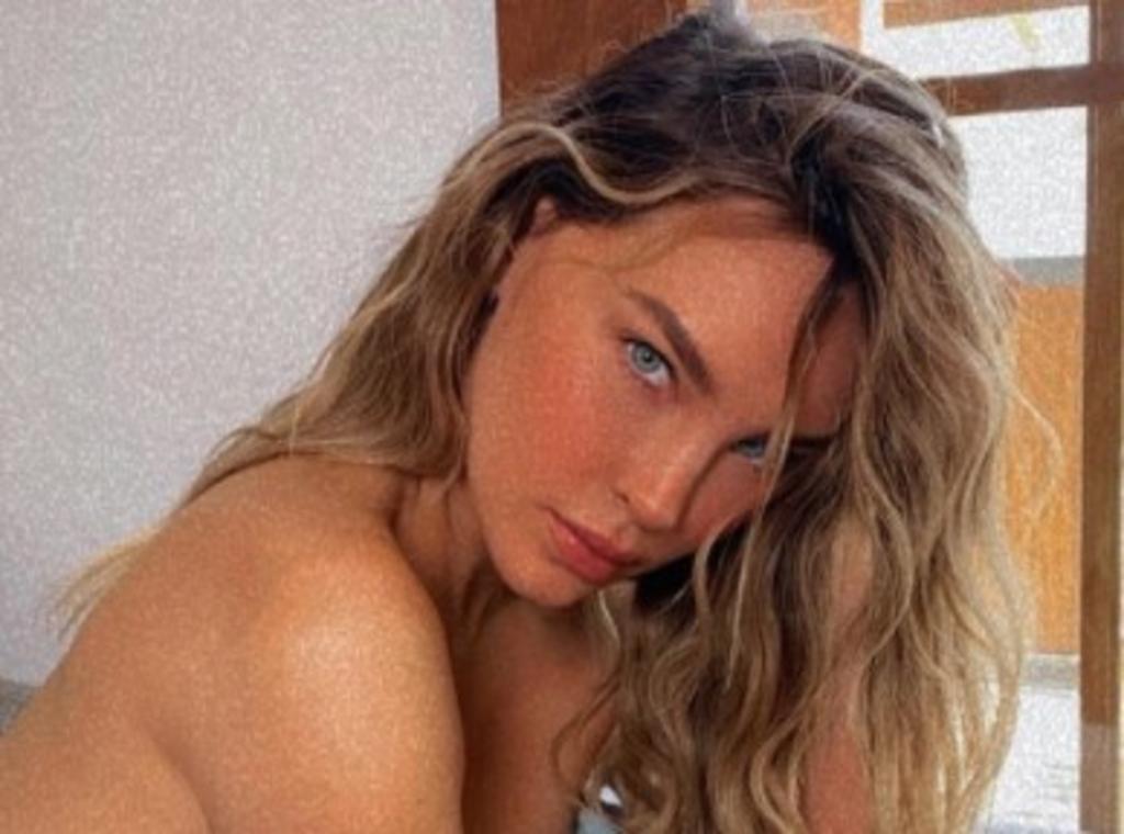 Belinda derrocha sensualidad cubriendo su cuerpo con solo una manta