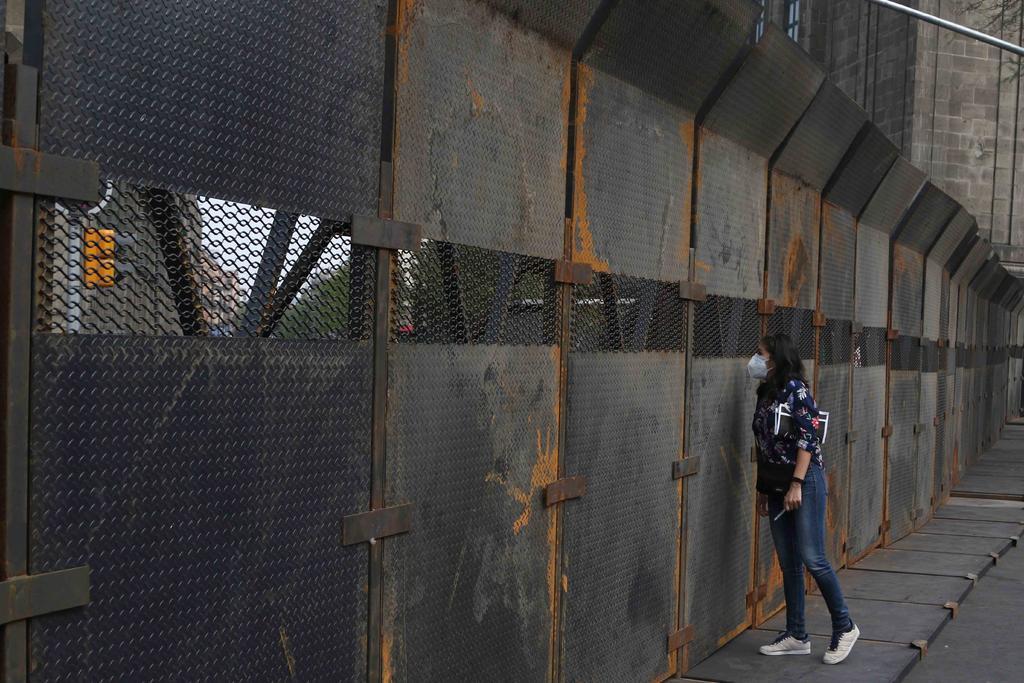 'Muro de paz ¿Como el de Trump?', reaccionan en redes por vallas en Palacio Nacional