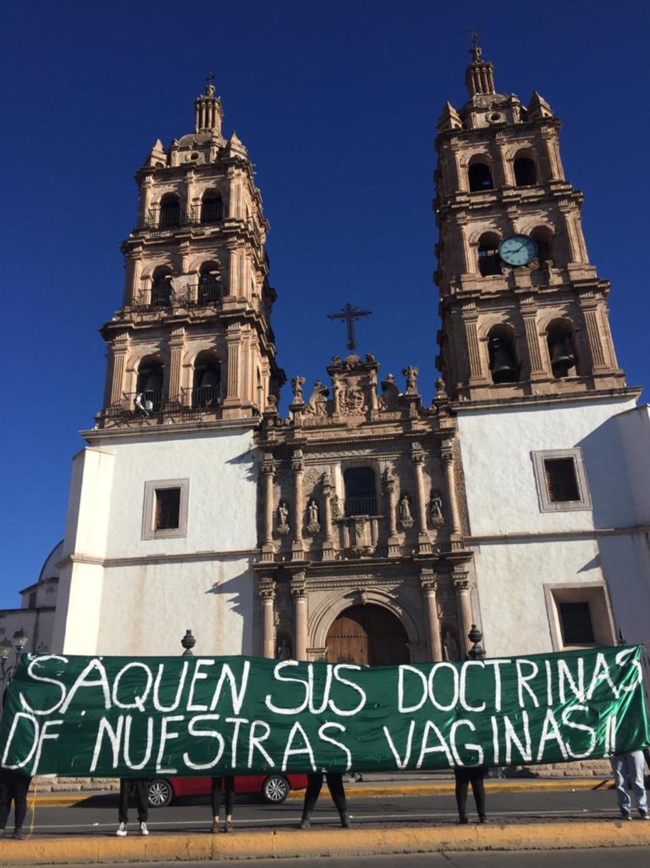 Se manifiestan feministas frente a Catedral