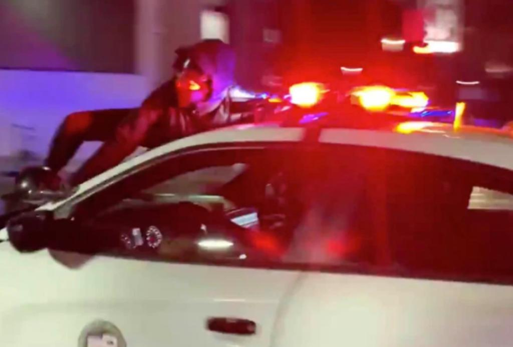 Patrulla es grabada 'huyendo' con un manifestante colgando de su capó