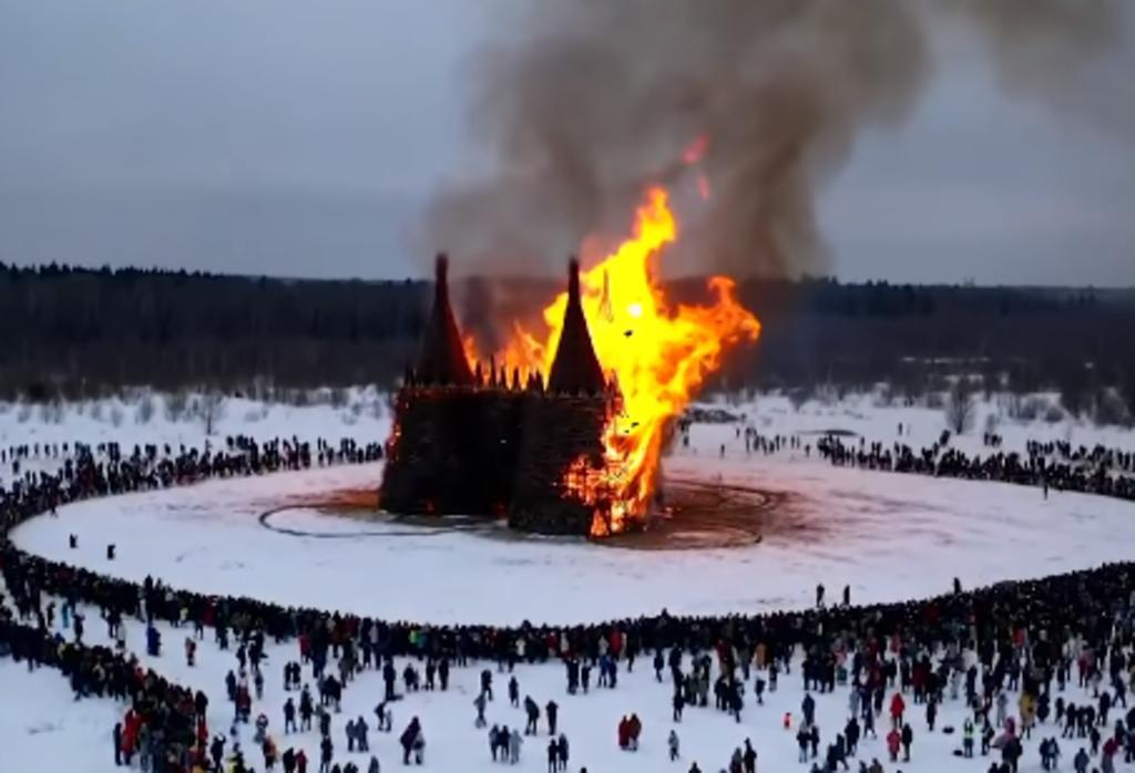 'Castillo del Coronavirus' es quemado para celebrar la Máslenitsa y el fin del invierno