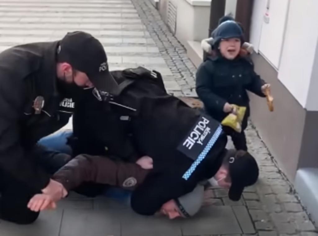 Policías derriban y ahorcan a un hombre frente a su hijo de 3 años, por no traer cubrebocas