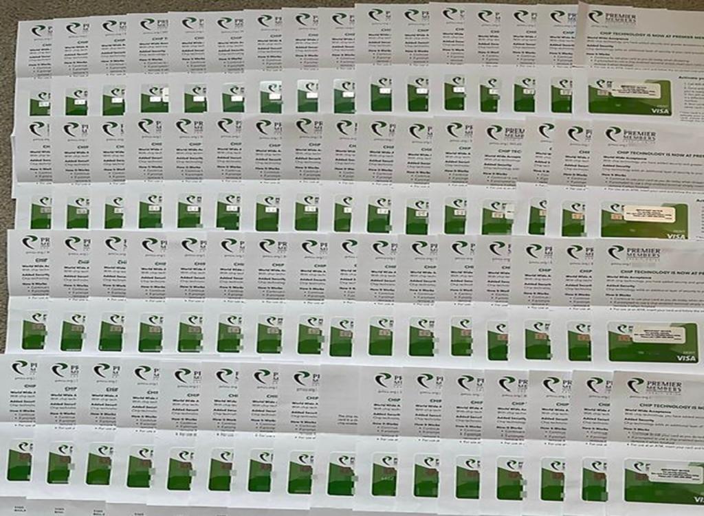 Recibe 64 copias de la misma tarjeta de débito por un error del banco