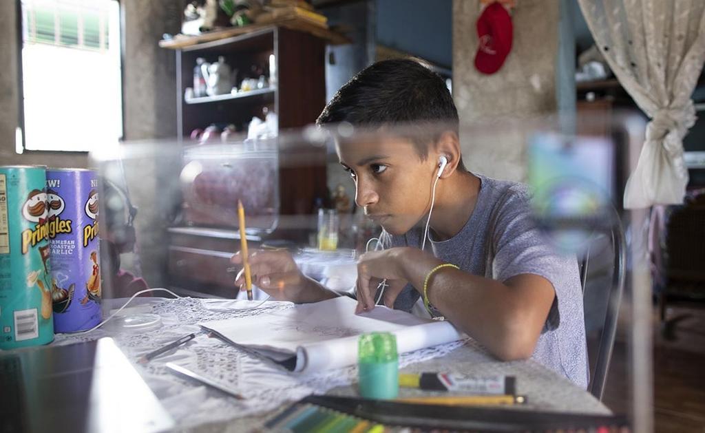 Niño venezolano vende dibujos para poder comprar comida para su familia