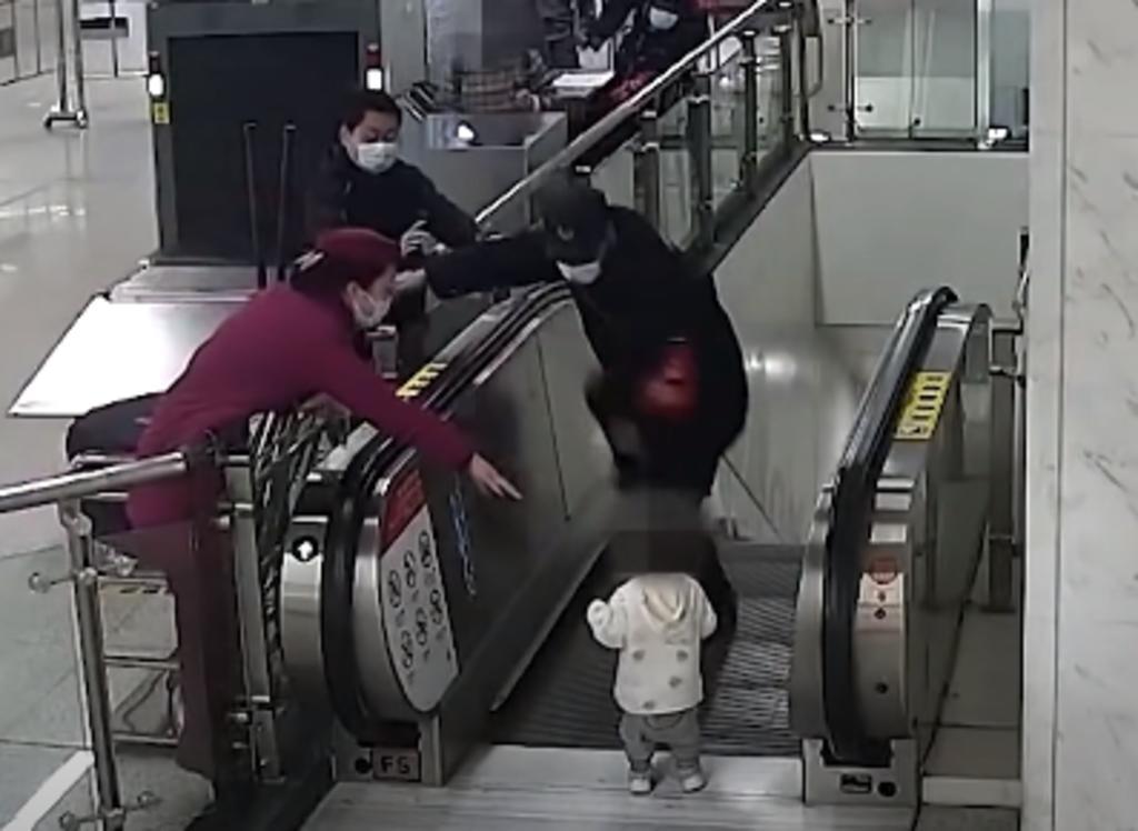 Guardia de seguridad evita que un bebé cayera por una escalera eléctrica