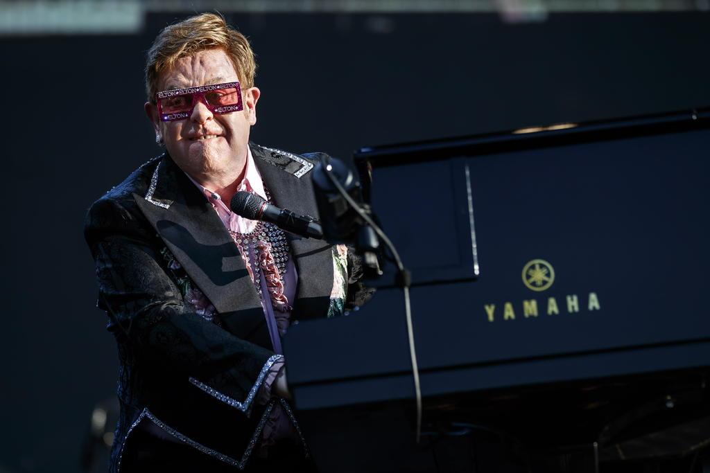 Se enfada Elton con el Vaticano