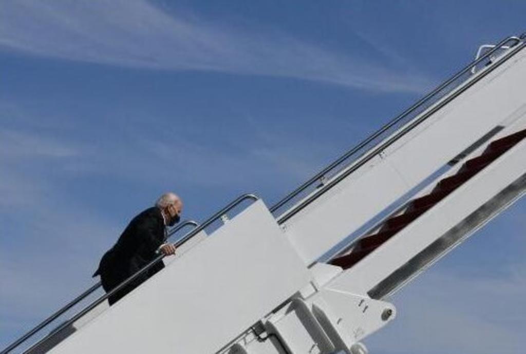 VIDEO: Biden tropieza al subir escaleras del Air Force 1