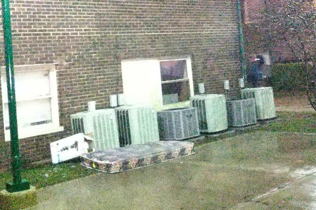 Niña salva a sus hermanos de incendio aventando un colchón por la ventana y saltando