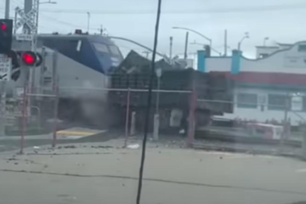 Camión de basura explota tras ser embestido y arrastrado por un tren