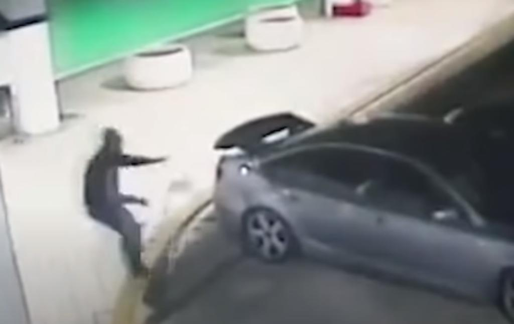 Ladrón intenta 'escapar' cuando ya estaba rodeado de policías y se convierte en burla de usuarios