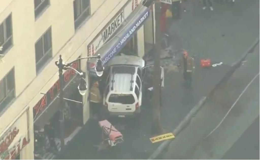 Cinco hospitalizados tras choque de camioneta contra multitud en Hollywood