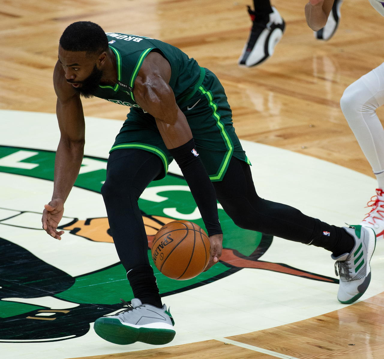 Brown dirige triunfo de Celtics
