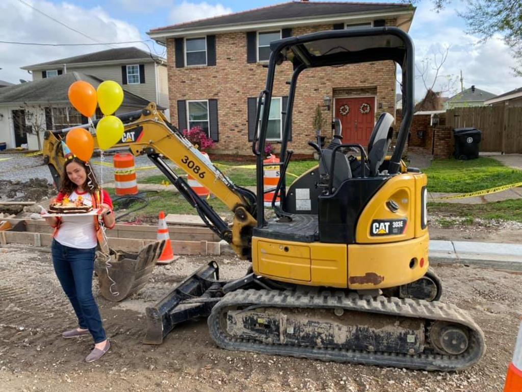 Mujer 'celebra' un año de los trabajos de construcción frente a su casa