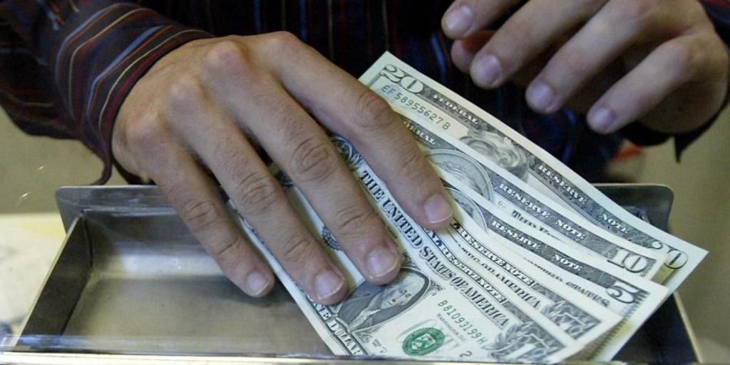 Comienza dólar la semana con alza de 20 centavos