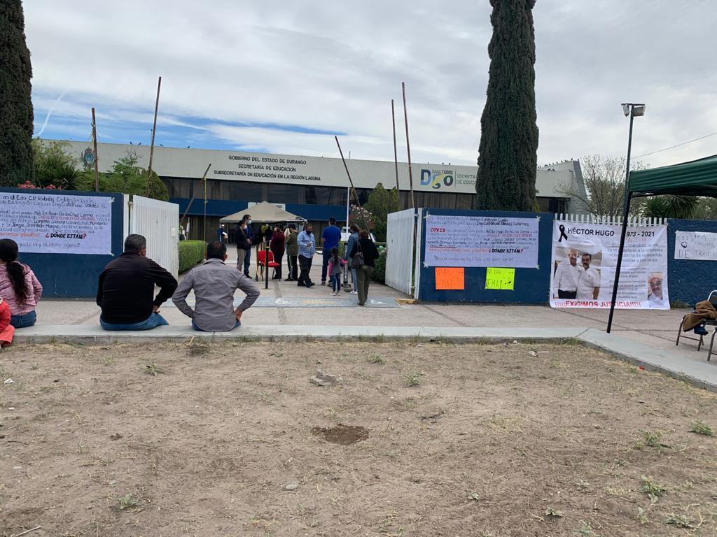 Protestan en la Subsecretaría de Educación en La Laguna de Durango