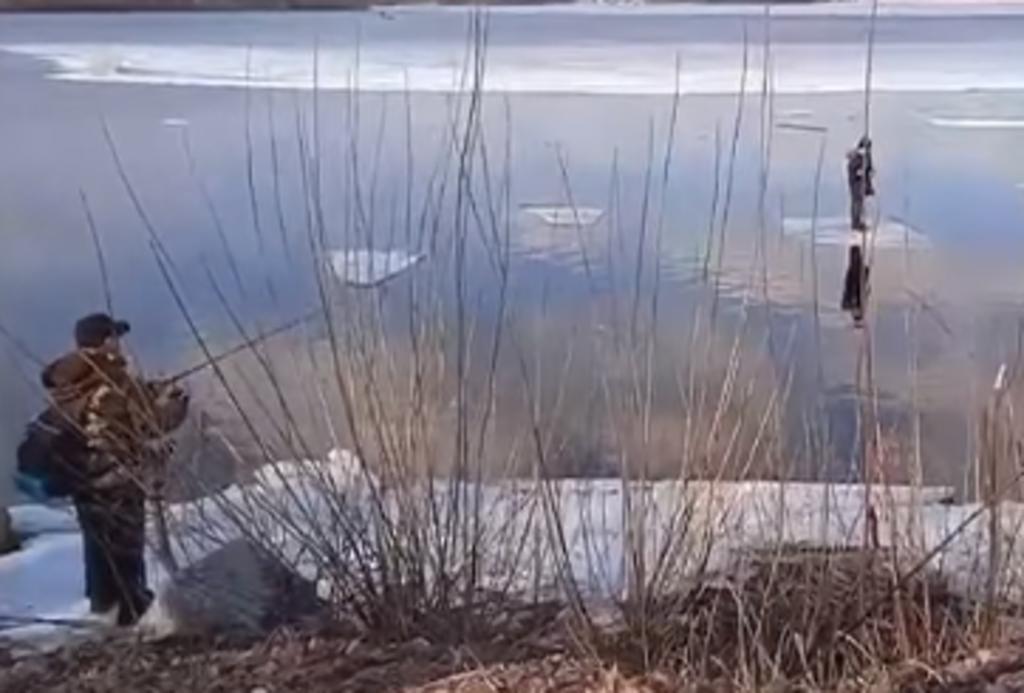 Rescatan con caña de pescar a niño varado en un pedazo de hielo flotante
