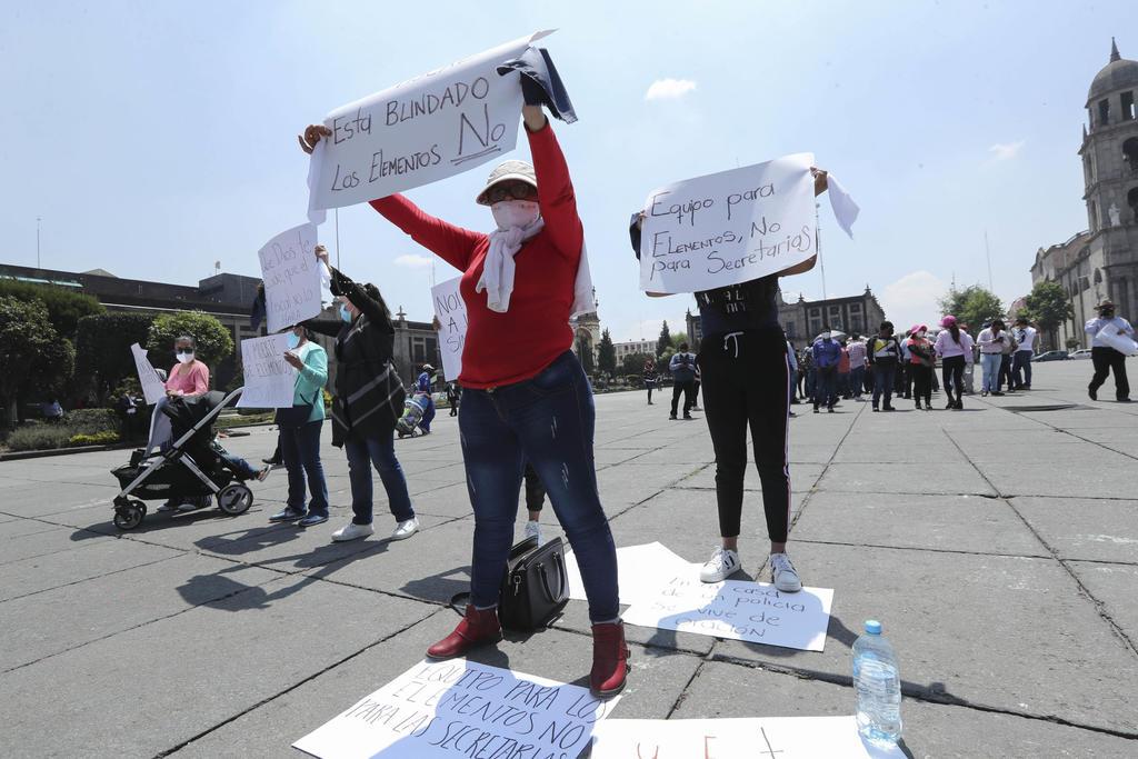Viudas de policías asesinados en Edomex protestan por falta de equipo