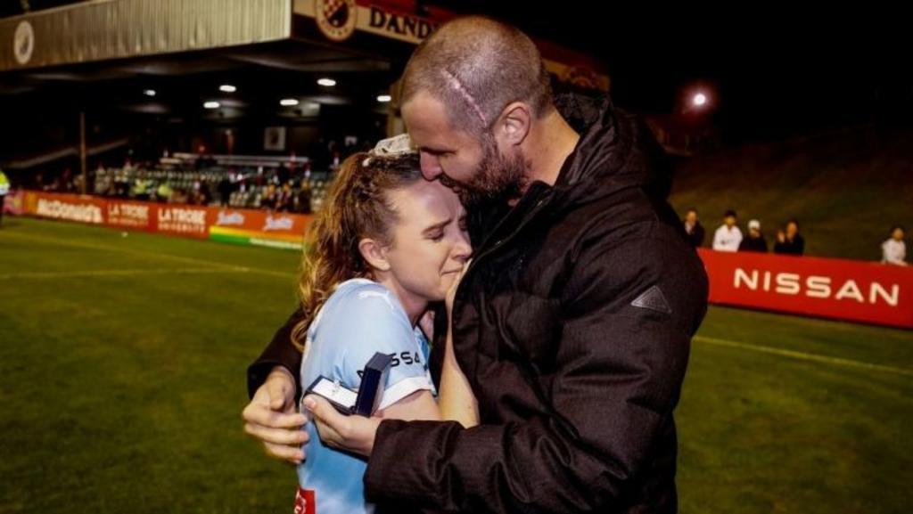 Futbolista se retira a sus 28 años para cuidar de su pareja que padece cáncer