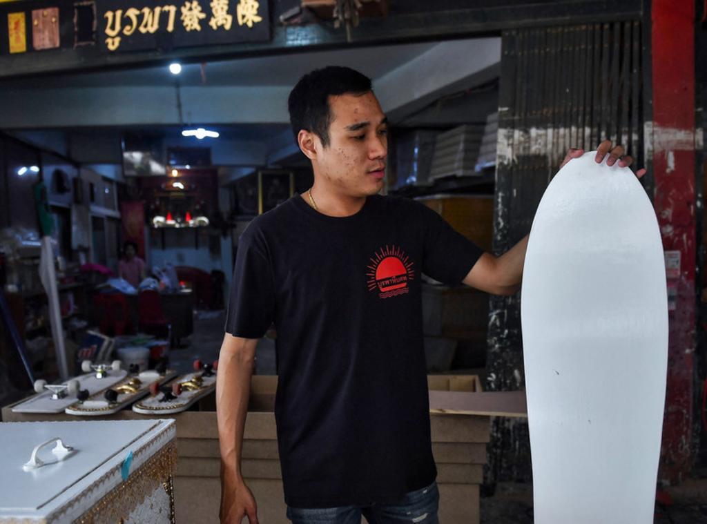 Fabricante convierte sus ataúdes sin vender, en patinetas