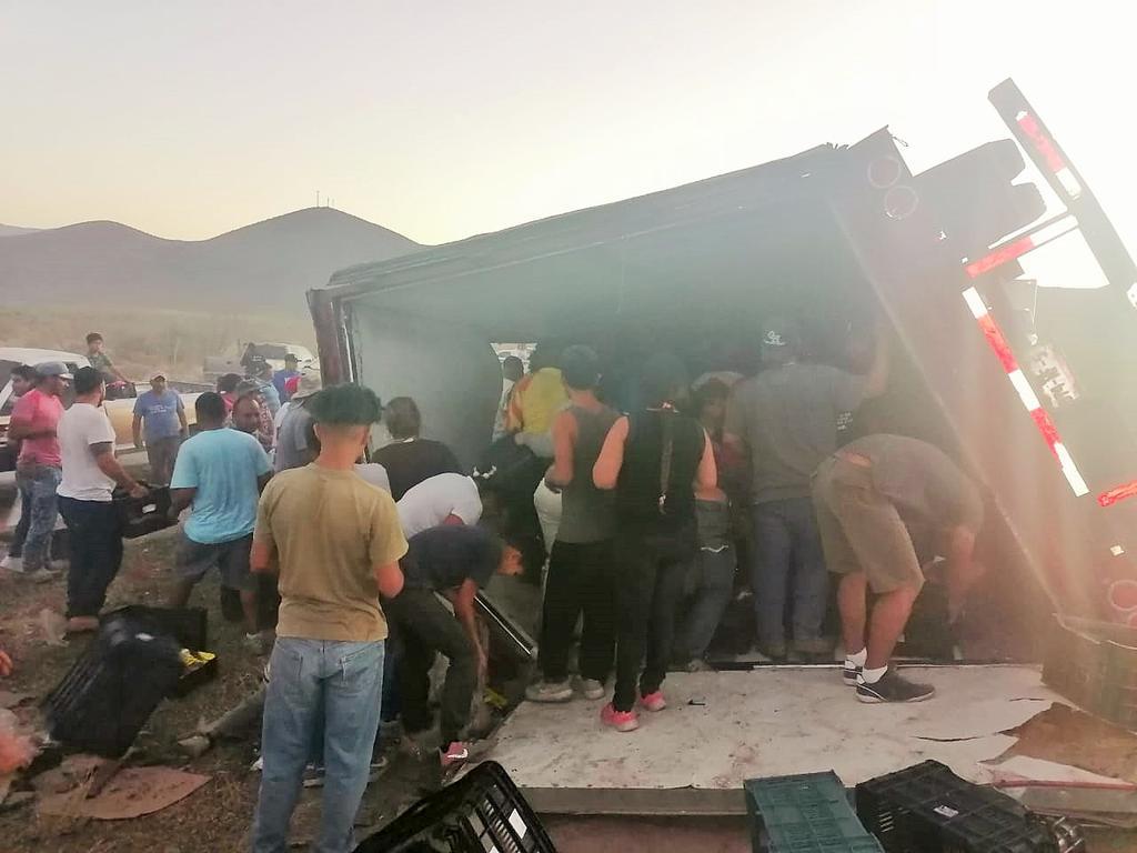 Vuelca tráiler en carretera a Durango-Gómez Palacio; vecinos realizan rapiña