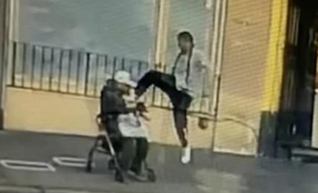 Adulto mayor asiático es golpeado con una patada voladora mientras esperaba el autobús