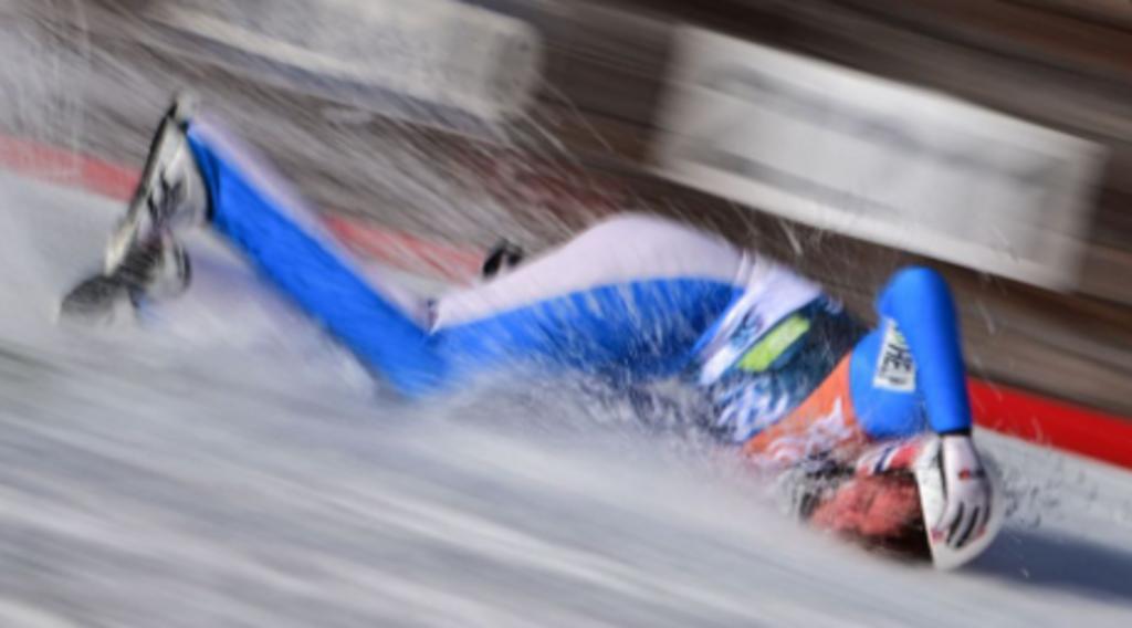 Esquiador olímpico se rompe la clavícula tras aparatoso accidente sobre una pendiente