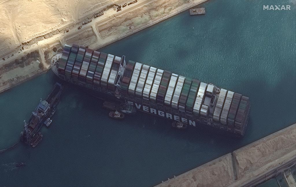 Canal de Suez vive su tercer día de bloqueo, más de 200 barcos esperan