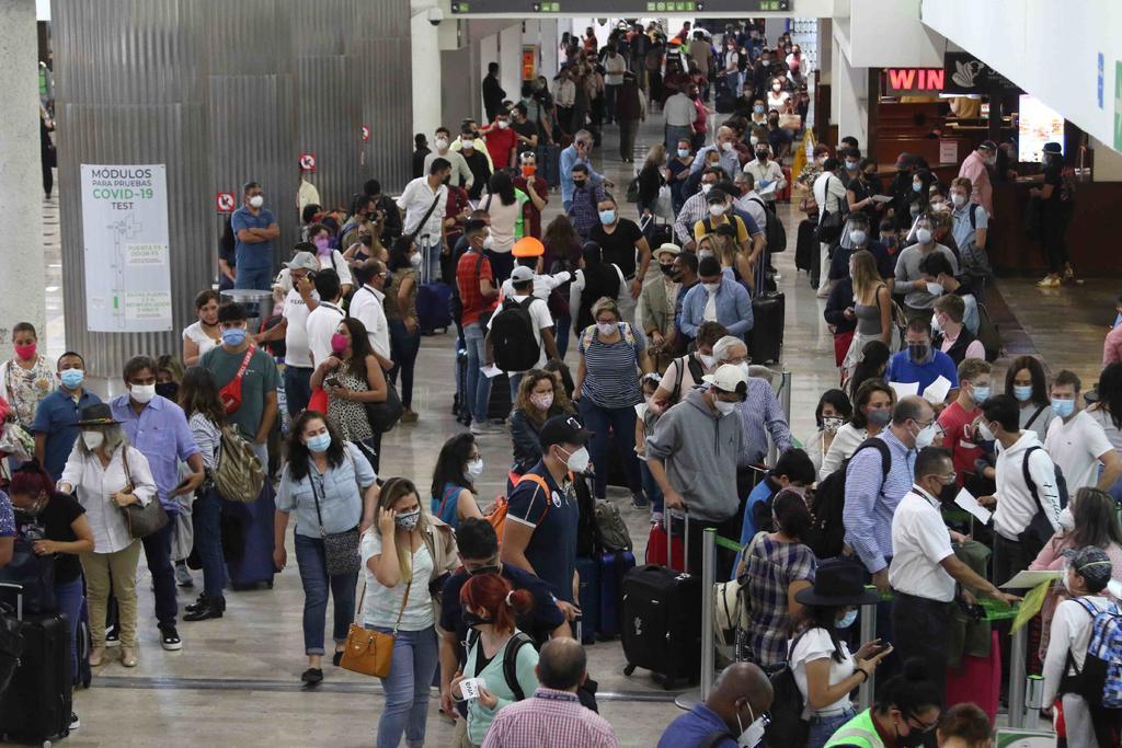 Abarrotan viajeros aeropuerto de CDMX