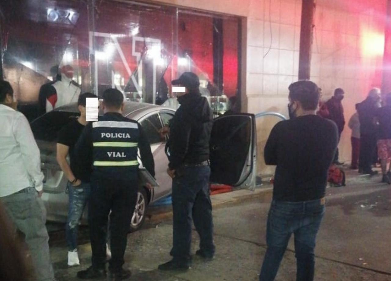 Vehículo irrumpe en tienda deportiva tras percance vial en 20 de Noviembre