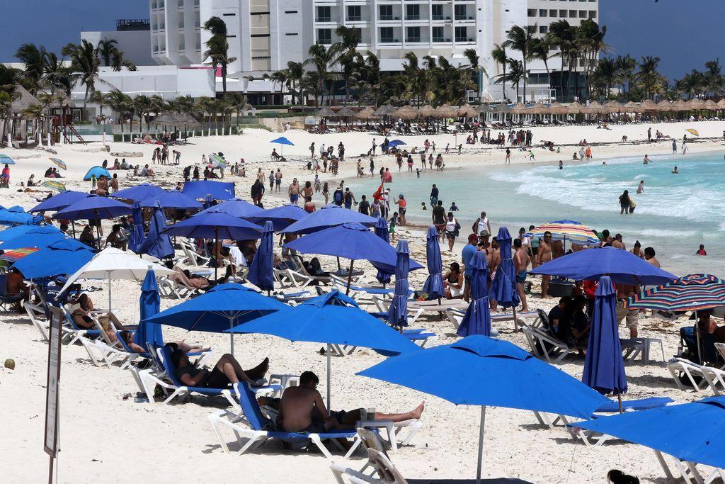 Van turistas pese a cierre de playas