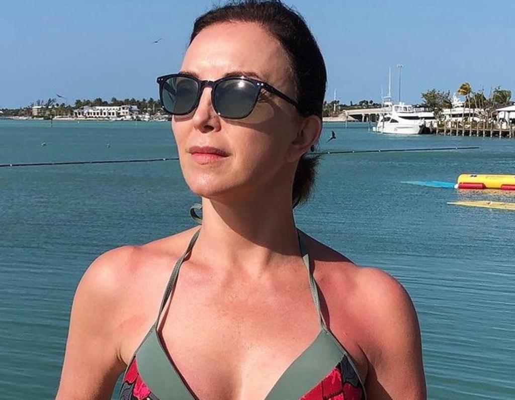 Laura Flores sorprende con tonificado abdomen a los 57 años de edad