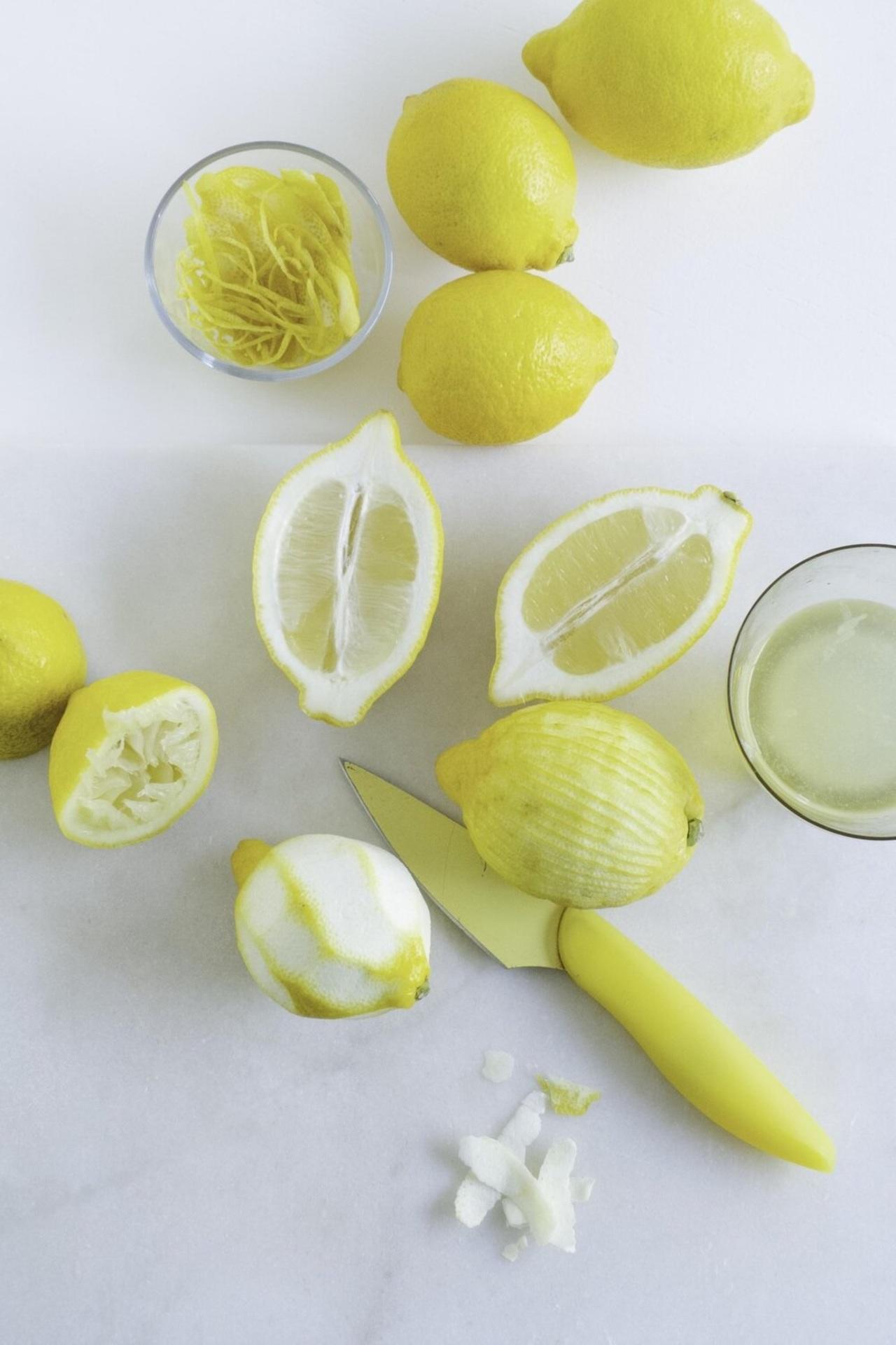 Por qué es bueno tomar jugo de limón con cáscara