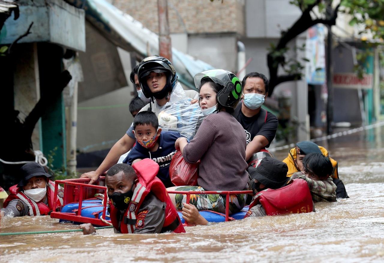 Generan inundaciones, por lo menos, 113 personas muertas