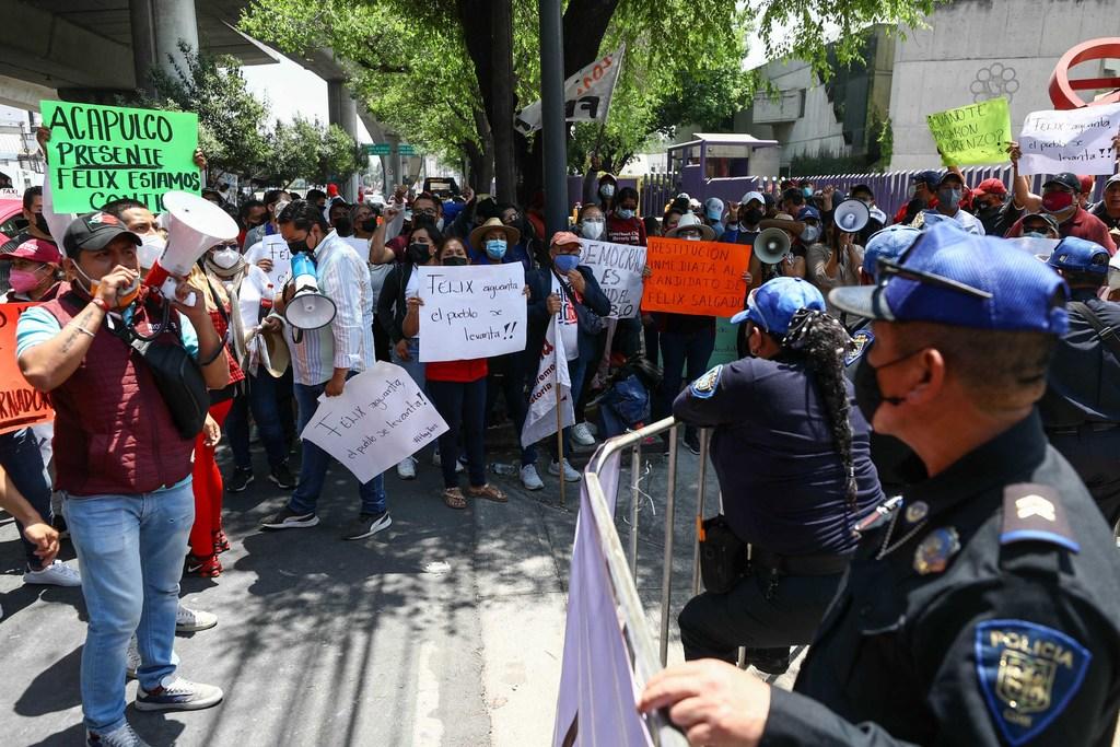 Protestan frente al INE a favor de Salgado