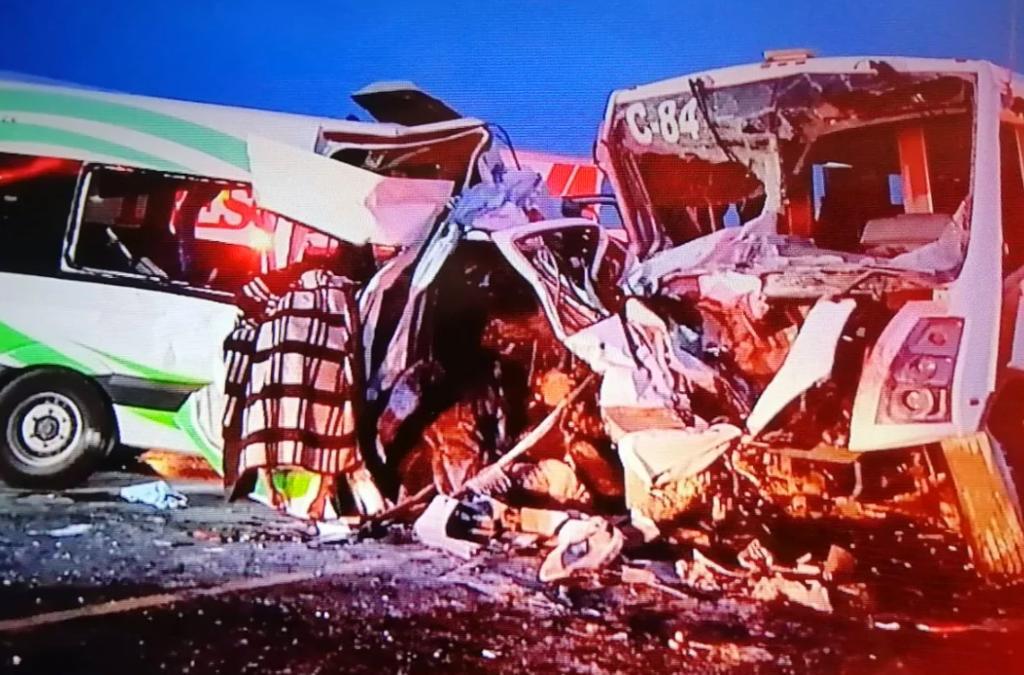 Chocan autobús de personal y camioneta en Sonora; reportan 16 muertos