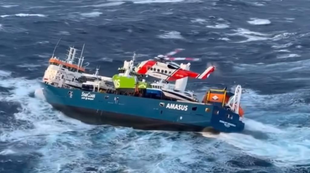 Evacuan a tripulación de un buque vía helicóptero tras la falla de uno de sus motores