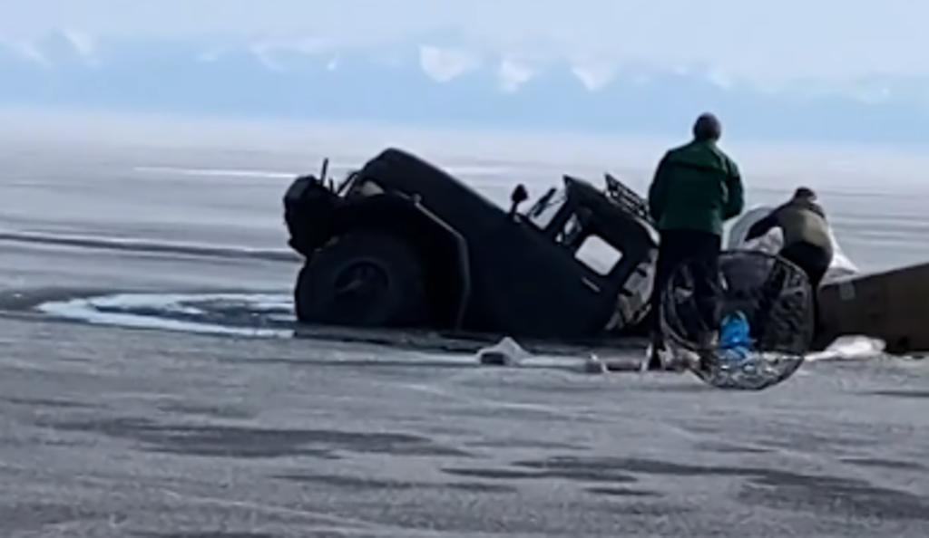 Camión que transportaban material de construcción se hunde en el Lago Baikal