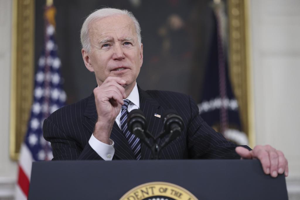 Prevé Biden que EUA pueda compartir vacunas contra COVID en verano