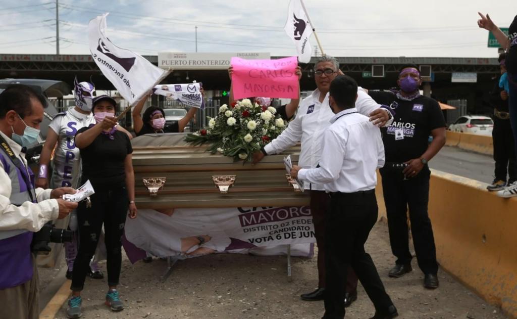Candidato del PES arranca campaña desde ataúd en Ciudad Juárez