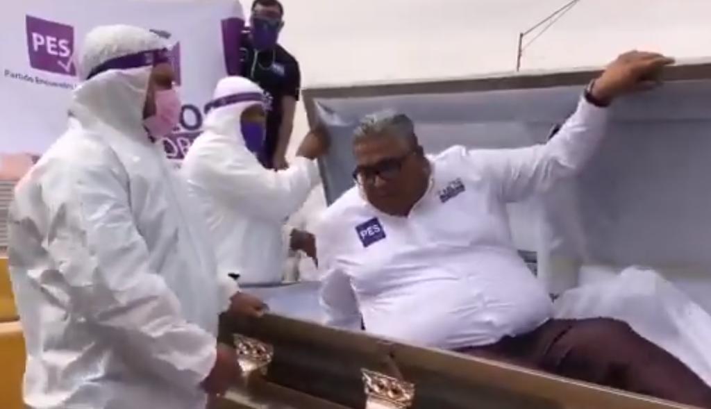 En carrosa fúnebre y ataúd, candidato del PES promociona su campaña electoral