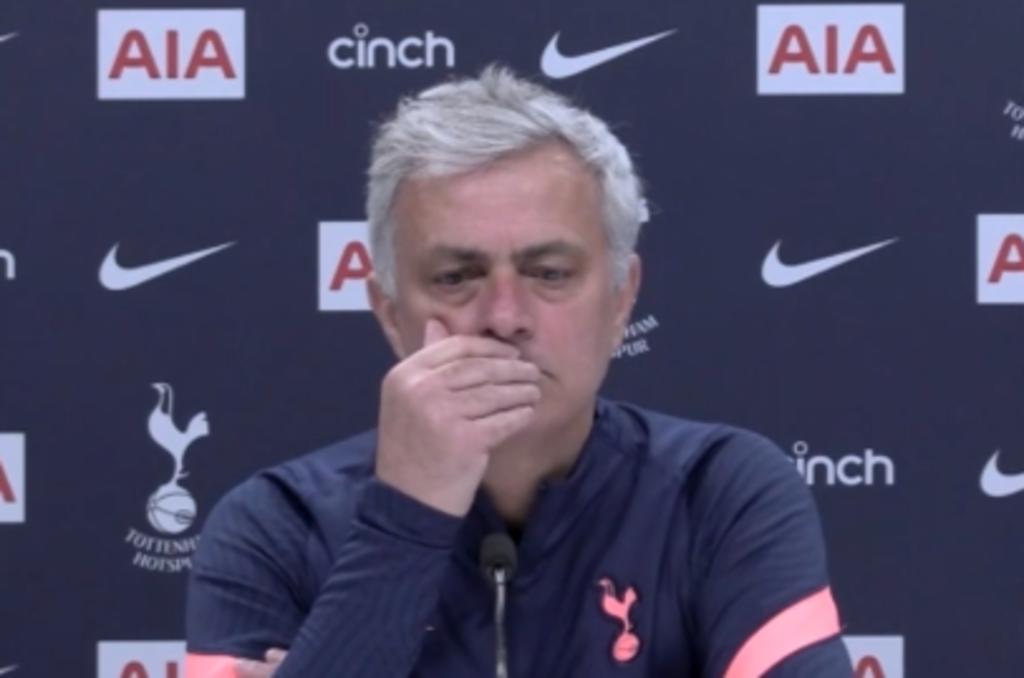 Mourinho interrumpe rueda de prensa para rendir tributo al príncipe Felipe