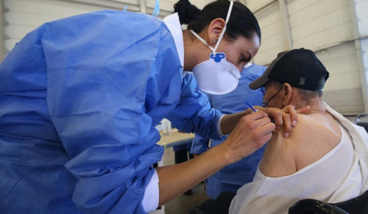 Anuncian vacunación abierta para adultos mayores en módulo Fenadu