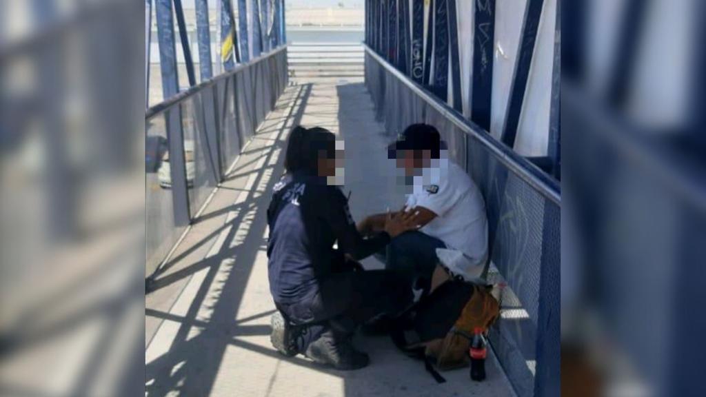 Hombre trata se lanzarse de puente peatonal en Gómez Palacio