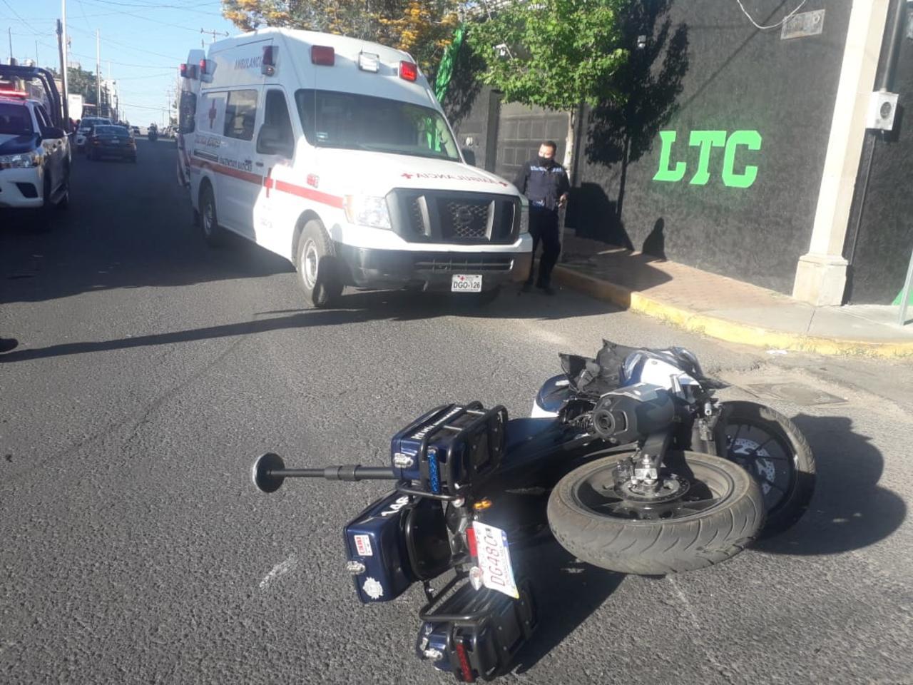 Policía motorizado se impacta contra vehículo