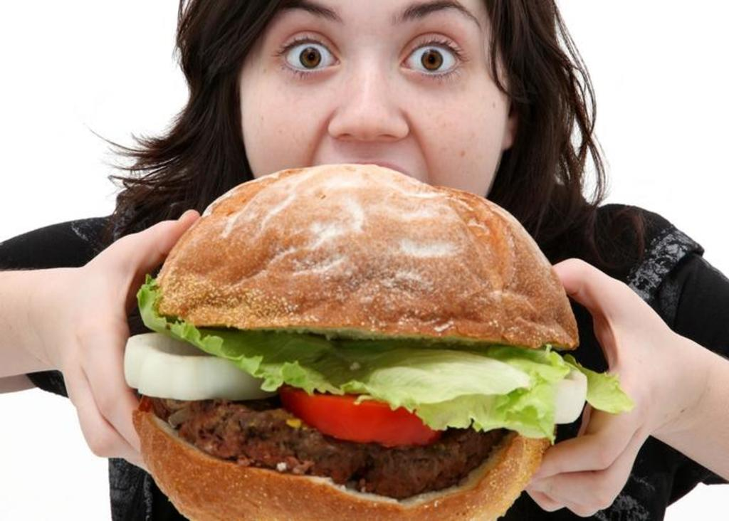 Afirman que atracones de comida no se deben a impulsividad por estrés